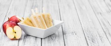 Η φρέσκια γίνοντη Apple Popsicles εκλεκτική εστίαση Στοκ Εικόνες