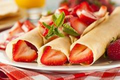 Η φρέσκια φράουλα γαλλικά Crepes Στοκ Φωτογραφίες