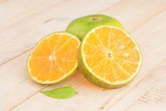 Η φρέσκια ώριμη κόκκινη Apple και πράσινο πορτοκάλι στον ξύλινο πίνακα Στοκ φωτογραφίες με δικαίωμα ελεύθερης χρήσης