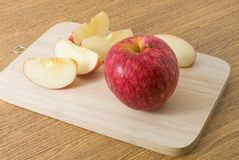 Η φρέσκια ώριμη κόκκινη Apple σε έναν ξύλινο δίσκο Στοκ Εικόνα
