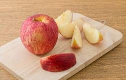 Η φρέσκια ώριμη κόκκινη Apple στον ξύλινο δίσκο Στοκ Εικόνες