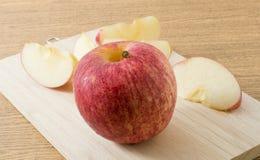 Η φρέσκια ώριμη κόκκινη Apple στον ξύλινο δίσκο Στοκ Φωτογραφία