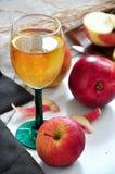 Η φρέσκια Apple με το ποτήρι του χυμού της Apple Στοκ Φωτογραφίες