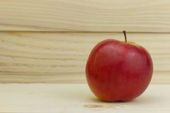 Η φρέσκια juicy φυσική Apple στο ξύλινο υπόβαθρο Στοκ φωτογραφία με δικαίωμα ελεύθερης χρήσης