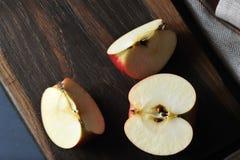 Η φρέσκια juicy Apple που τεμαχίζεται σε έναν ξύλινο πίνακα Στοκ Εικόνες