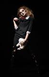 Η φρίκη πυροβόλησε: τρομακτικό κορίτσι τεράτων με το παιχνίδι κουνελιών και αιματηρός μπαλτάς στα χέρια στοκ φωτογραφία