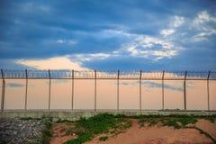 η φραγή στρατόπεδων δεν κρατά καμία έξω καταπάτηση ασφάλειας φυλακών Στοκ εικόνες με δικαίωμα ελεύθερης χρήσης