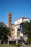 Η φραντσησθανή εκκλησία και η αψίδα του Titus στο αρχαίο φόρουμ στη Ρώμη Ιταλία Στοκ Φωτογραφία