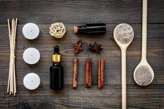 Η φροντίδα δέρματος και χαλαρώνει Καλλυντικά και aromatherapy έννοια Άλας και έλαιο SPA με την κανέλα καρυκευμάτων στο σκοτεινό ξ Στοκ Φωτογραφία