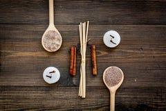 Η φροντίδα δέρματος και χαλαρώνει Καλλυντικά και aromatherapy έννοια Άλας SPA με την κανέλα καρυκευμάτων στη σκοτεινή ξύλινη κορυ Στοκ φωτογραφία με δικαίωμα ελεύθερης χρήσης