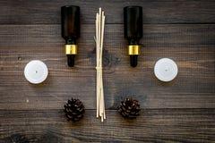 Η φροντίδα δέρματος και χαλαρώνει Καλλυντικά και aromatherapy έννοια Πετρέλαιο πεύκων στη σκοτεινή ξύλινη τοπ άποψη υποβάθρου Στοκ εικόνες με δικαίωμα ελεύθερης χρήσης
