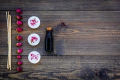 Η φροντίδα δέρματος και χαλαρώνει Καλλυντικά και aromatherapy έννοια Πετρέλαιο και κεριά στη σκοτεινή ξύλινη τοπ άποψη υποβάθρου  Στοκ φωτογραφία με δικαίωμα ελεύθερης χρήσης