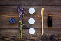 Η φροντίδα δέρματος και χαλαρώνει Καλλυντικά και aromatherapy έννοια Lavender πετρέλαιο και κεριά στη σκοτεινή ξύλινη τοπ άποψη υ Στοκ εικόνα με δικαίωμα ελεύθερης χρήσης