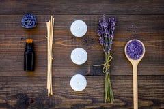 Η φροντίδα δέρματος και χαλαρώνει Καλλυντικά και aromatherapy έννοια Lavender SPA άλας και έλαιο στη σκοτεινή ξύλινη τοπ άποψη υπ Στοκ φωτογραφίες με δικαίωμα ελεύθερης χρήσης