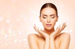 Η φροντίδα δέρματος ομορφιάς προσώπου, γυναίκα φυσική αποτελεί, όμορφο πρότυπο στοκ εικόνες με δικαίωμα ελεύθερης χρήσης