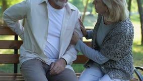 Η φροντίζοντας σύζυγος που ηρεμεί τον παλαιό σύζυγό της, προβλήματα με χαμηλότερο πίσω, τσίμπησε τα νεύρα απόθεμα βίντεο