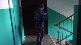Η φρουρά έντυσε στη στρατιωτική στολή να μαίνει του κτηρίου ΣΕ ΑΡΓΗ ΚΊΝΗΣΗ φιλμ μικρού μήκους
