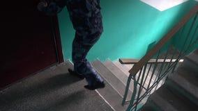 Η φρουρά έντυσε στη στρατιωτική στολή σε μια μάσκα αερίου να μαίνει του κτηρίου απόθεμα βίντεο