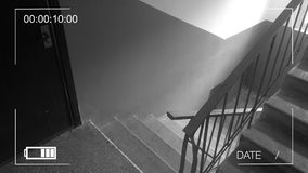 Η φρουρά έντυσε στη στρατιωτική στολή σε μια μάσκα αερίου να μαίνει του κτηρίου Κάμερα παρακολούθησης φιλμ μικρού μήκους