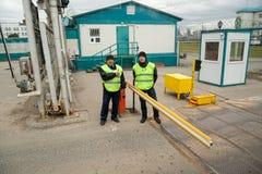 Η φρουρά ασφάλειας ελέγχει την πρόσβαση στο έδαφος Στοκ φωτογραφία με δικαίωμα ελεύθερης χρήσης
