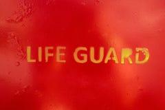 Η φρουρά ζωής κειμένων ψέκασε τον τοίχο μιας στάσης φρουράς ζωής Στοκ εικόνα με δικαίωμα ελεύθερης χρήσης