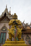 Η φρουρά μπροστά από την οικοδόμηση Vihara του λουριού Wat Sisa, Nakhon Pathom, Ταϊλάνδη Στοκ Φωτογραφία