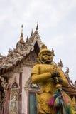 Η φρουρά μπροστά από την οικοδόμηση Vihara του λουριού Wat Sisa, Nakhon Pathom, Ταϊλάνδη Στοκ Εικόνα
