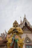 Η φρουρά μπροστά από την οικοδόμηση Vihara του λουριού Wat Sisa, Nakhon Pathom, Ταϊλάνδη Στοκ Εικόνες
