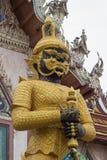 Η φρουρά μπροστά από την οικοδόμηση Vihara του λουριού Wat Sisa, Nakhon Pathom, Ταϊλάνδη Στοκ φωτογραφία με δικαίωμα ελεύθερης χρήσης