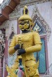 Η φρουρά μπροστά από την οικοδόμηση Vihara του λουριού Wat Sisa, Nakhon Pathom, Ταϊλάνδη Στοκ Φωτογραφίες