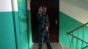 Η φρουρά που ντύνεται διαμέρισμα στη στρατιωτική στολή φρουρεί το απόθεμα βίντεο