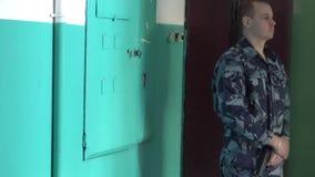 Η φρουρά που ντύνεται διαμέρισμα στη στρατιωτική στολή φρουρεί το φιλμ μικρού μήκους
