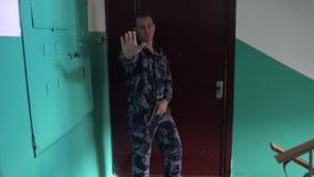 Η φρουρά που ντύνεται στη στρατιωτική στολή φορά ` τ άφησε μια κάμερα και τους περίβολους ειδήσεων η κάμερα με το χέρι σας απόθεμα βίντεο