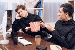 Η φρουρά τρώει τώρα popcorn στον εργασιακό χώρο στοκ εικόνα με δικαίωμα ελεύθερης χρήσης