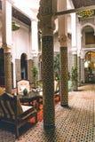 Η φρυγανιά με την ολλανδική σοκολάτα ψεκάζει σε απομονωμένο άσπρο backgroundTypical παραδοσιακό μαροκινό Riad με το όμορφο εσωτερ στοκ φωτογραφίες