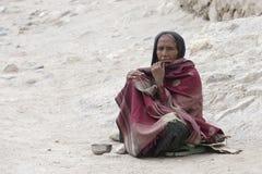 Η φτωχή γυναίκα ικετεύει για τα χρήματα από έναν περαστικό στην οδό σε Leh, Ladakh Ινδία Στοκ Φωτογραφία
