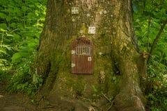 Η φυλακή του Glen νεράιδων στο πόδι ενός δέντρου στο πάρκο Fullarton από Troon στη Σκωτία στοκ εικόνες