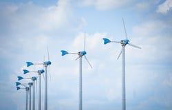 Η φυσική έννοια δύναμης ενεργειακού πράσινη Eco ανεμοστροβίλων στους ανεμοστροβίλους καλλιεργεί με το μπλε ουρανό στοκ εικόνες