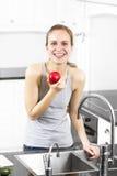 Η φυσική και υγιής γυναίκα τρώει τη Apple Στοκ φωτογραφία με δικαίωμα ελεύθερης χρήσης