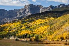 Η φυσική ομορφιά των δύσκολων βουνών του Κολοράντο - φθινόπωρο στο θόριο Στοκ Φωτογραφία