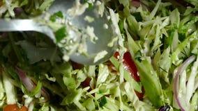 Η φυτική σαλάτα αναμιγνύεται σε ένα πιάτο Κινηματογράφηση σε πρώτο πλάνο λεπτά - τεμαχισμένα λαχανικά υγιής χορτοφάγος τροφίμ&ome απόθεμα βίντεο