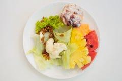Η φυτική σαλάτα για το πρόγευμα είναι εύκολο να ήταν ευεργετική στο σώμα στοκ εικόνες