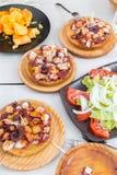 Η φυτική σαλάτα, οι πατάτες και το της Γαλικίας ύφος μαγείρεψαν το χταπόδι με το ελαιόλαδο πάπρικας και gallega pulpo Λα Στοκ Φωτογραφία