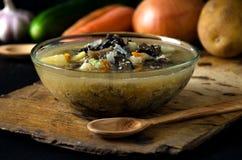 Η φυτική σούπα ξεφυτρώνει ξύλινη σουπιέρα κύπελλων γυαλιού στοκ εικόνες