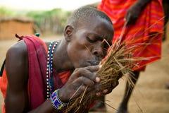 Η φυλή Masai ατόμων κάνει μια πυρκαγιά με τον παραδοσιακό τρόπο Στοκ εικόνα με δικαίωμα ελεύθερης χρήσης