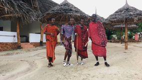 Η φυλή Masai χορεύει εθνικός χορός στο ηλιοβασίλεμα και προσφέρει το αντίο στον ήλιο 4K απόθεμα βίντεο