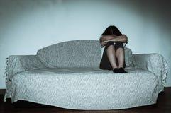 Η φωνάζοντας γυναίκα έκανε κακή χρήση όπως νέο συναίσθημα που πιέστηκε και άθλιο ενώ αυτή συνεδρίαση μόνο στο δωμάτιό της Στοκ Εικόνες
