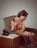 Η φωνάζοντας γυναίκα λαμβάνει τις κακές ειδήσεις Στοκ Εικόνες
