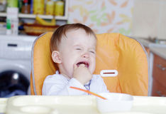 Η φωνάζοντας ηλικία μωρών 1 έτους δεν θέλει να φάει Στοκ Εικόνες