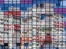 Η φωτεινή ηλιόλουστη ημέρα απεικονίζει στα καθαρά παράθυρα του σπιτιού Στοκ Εικόνες